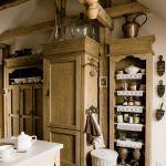 Drewniana kuchnia na poddaszu.