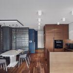 Kuchnia urządzona jest nowocześnie, minimalistyczne. Zgaszone odcienie lazuru dobrze komponują się z drewnem mebli.