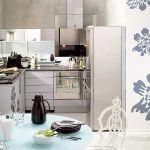 Kuchnia w srebrze: lodówka Alfa Line (2969 zł), płaski okap kominowy (2769 zł) i kuchenka do zabudowy z kolekcji