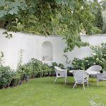 Latem życie towarzyskie przenosi się na taras i do ogrodu.