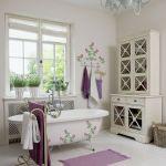 Łazienka w stylu cottage. Malinki uczynią wnętrze bardziej swojskim.