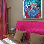 Łóżko obite hinduskim jedwabiem w kolorze fuksji - projekt Anny Casciarri.