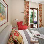 Łóżko zaprojektowała Anna Casciarri. Tkaninę przywiozła z podróży do Indii.