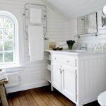 Mahoniowa podłoga w łazience. Drewniany dom nad morzem