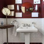 W małej łazience sprawdzą się drobne dekoracje, na przykład obrazki.