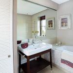 Duże lustra powiększają wizualnie małą łazienkę.