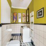 Kontrasty i jasne kolory to sposób na optyczne powiększenie małej łazienki.