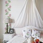 Malinowy gąszcz na ścianie w sypialni.