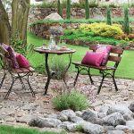 Meble ogrodowe: stolik i krzesła z drewna i metalu.