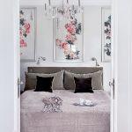 Miękki buduarowy klimat tworzą zmysłowe tkaniny: aksamitne poduszki, narzuta i zagłówek łóżka z Bad Breakfast Home.