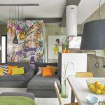 Mimo betonowych, surowych ścian, dom jest przyjemnie kolorowy i przytulny.