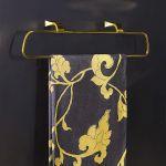 Minimalizm włoskiej marki Gessi w złotym wydaniu, seria Mimi. Za uchwyt na ręcznik zapłacimy – 4506 zł, A'Qua Design.