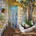 Mur z wapienia i terakotowa ścieżka w kolorze cegły. IL PALAGIO