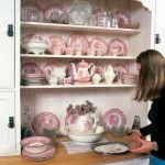 Na kredensie stoi kolekcja porcelany.