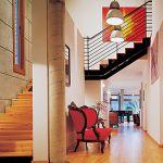 Na piętro prowadzą drewniane schody.
