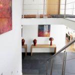 Na piętrze znajdują się m.in.: pokoje dla trójki dzieci (każde ma własną łazienkę), dodatkowy taras na górze (zacisze dla