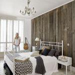 Na ścianie w sypialni stare deski z rozbiórki stodoły.