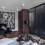 W mieszkaniu zastosowano wiele inspiracji, które właściciel podpatrzy podczas podróży.