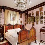 Nad łóżkiem wisi kolekcjonerski rarytas - Matka Boska Skarbiaszcza z XVIII wieku. Grażyna dostała ją, gdy odchodziła z pracy,