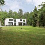 Najpierw goście widzą równo przystrzyżony trawnik i oczom ukazują się biało-czarne kubiki.