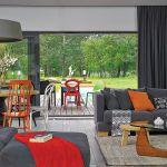 Narzuty i poduchy (Nap i Decolor) oraz pomarańczowe krzesło (Ton) wprowadzają pozytywną energię do wnętrza.
