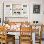Nie ma to jak naturalne drewno i jasne kolory. Stół sosnowy z lakierowanym blatem kosztuje 1590 zł. Krzesło z