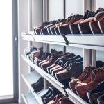 Nie tylko kobiety potrzebują sporo miesjca na buty. Praktyczne półki znalazły się w garderobie.