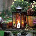 Niekoniecznie musi być elektryczne. W tę latarenkę z firmy Roberts wstawimy świece. Lampa zrobiona jest z kutej stali