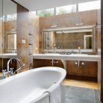 nietypowo umieszczone okna pozwalają podziwiać gwiazdy podczas kąpieli.