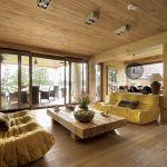Nowoczesna kanapy i rustykalny stolik zaprojektowany przez Tomasza Tubisza.