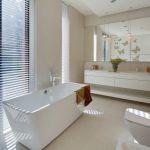 łazienka w drewnie i bieli