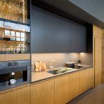 aranżacja kuchni czerń i drewno