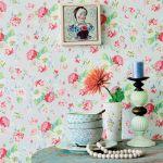 ściana z tapetą w kwiaty