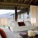 Nowocześnie lecz przytulnie: proste kanapy są obite ciepłym sztruksem, aksamitem, lnem i wełniane poduchy.