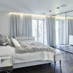 biała sypialnia z lustrem  w stylu nowoczesnym