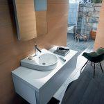 Od znanego dizajnera umywalka Starck 2 w cenie 1040 zł netto i szafka pod nią za 5835 zł, Duravit.