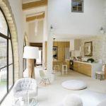 Ogromny pokój dzienny połączony z kuchnią, gdzie rodzina spędza najwięcej czasu.