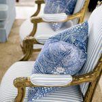 Para francuskich złoconych krzeseł ze sklepu z antykami w miejscowości Brisbane stoi na honorowym miejscu w salonie.