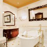 Perłą tego niemal pałacowego salonu kąpielowego jest odlana z żeliwa wanna, ściągnięta aż z Francji.