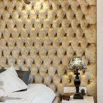 Pikowana skórzana ściana w sypialni.