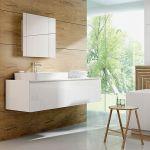 Pomysł na łazienkę według marki Deante. Do drewnianych paneli i białych szafek dodano baterie Lotos, umywalkowa –