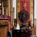 Pracownia Norberta Skupniewicza wypełniona orientalnymi zbiorami.