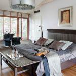 Proste, stonowane meble w sypialni i jeden mocny akcent - barokowy fotel ze sklepu Patt Mebel.