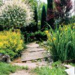 Przerzucone przez wodę mostki ze starych, nierównych desek przypominają wiejskie groble.
