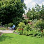 Przeważające w ogrodzie odcienie żółci i zieleni wprowadzają słoneczną, wakacyjną atmosferę.