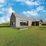 Przy budowie tego domu architekci wykorzystali wszystkie atuty hektarowej działki: bezkresne widoki, bo okolica jeszcze