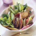 Sałatka z kaczymi wątróbkami, figami i rabarbarem.