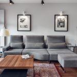 Salon to wielkomiejski eklektyzm: nowoczesna kanapa, modernistyczny stolik, orientalny dywan.