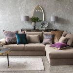 brązowa kanapa w salonie