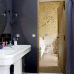 Ściana w kolorze bakłażana. Stara olejarnia zamieniona na loft